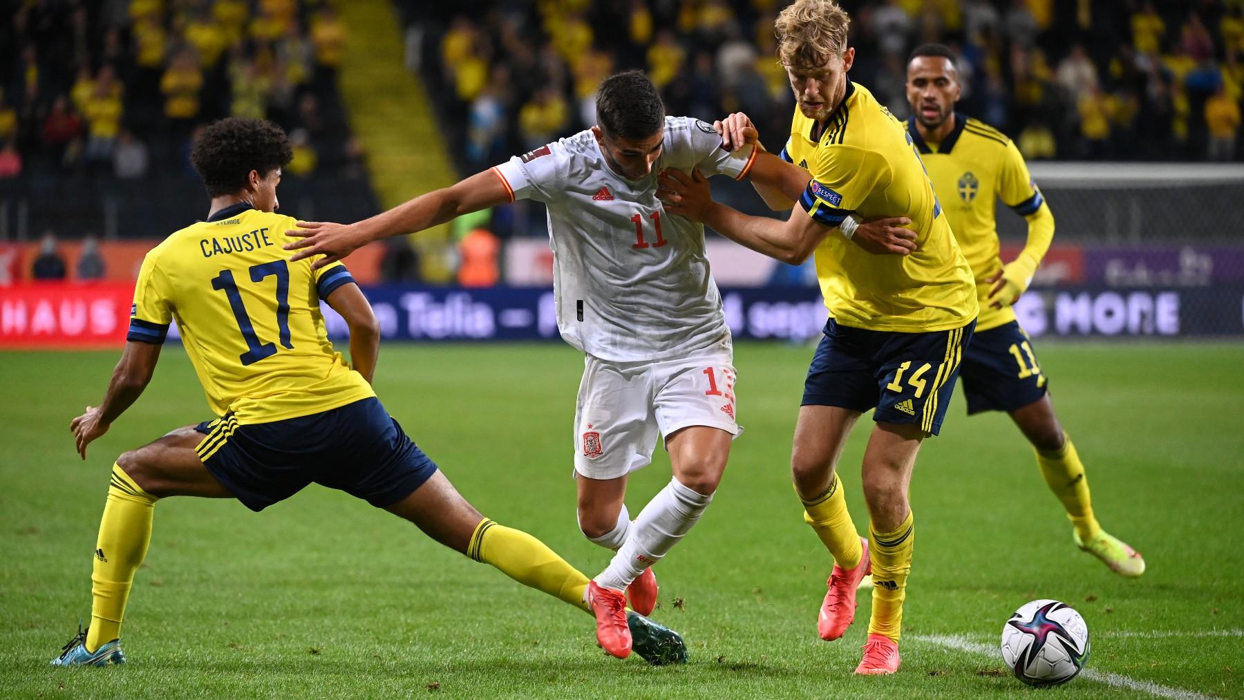 Ferran lucha por un balón durante el Suecia – España. (AFP)