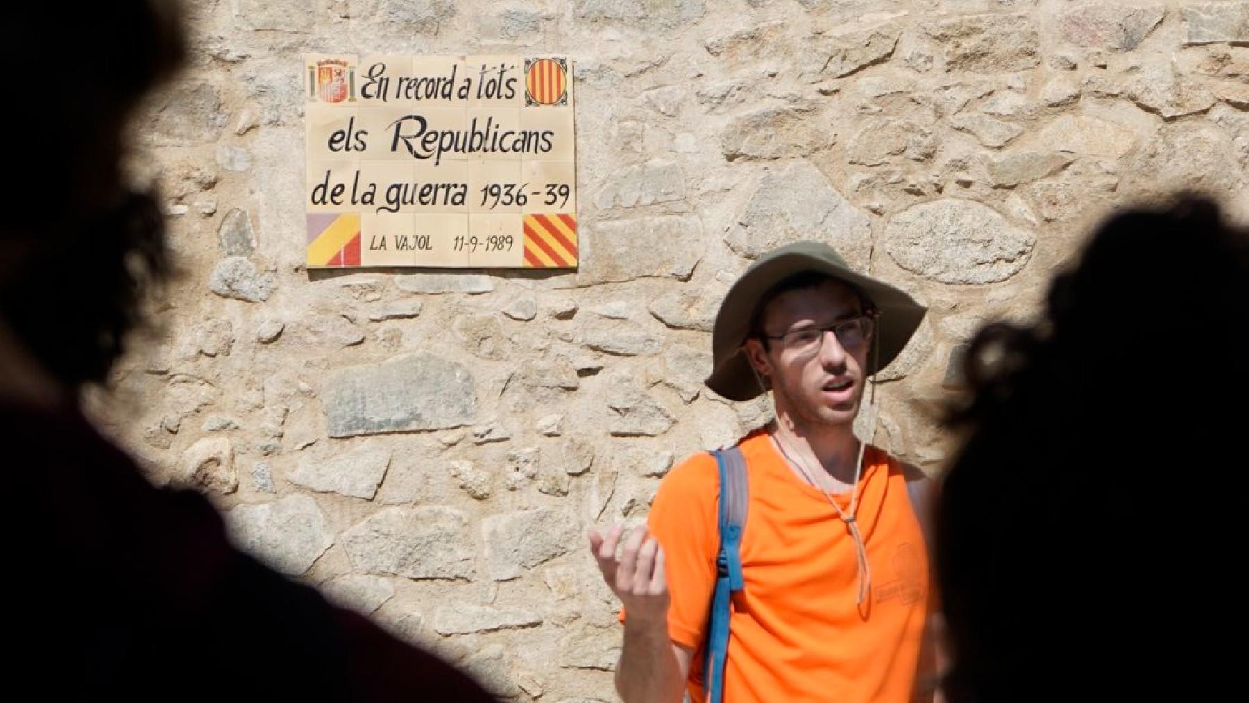 Charla sobre el exilio republicano a los participantes en el campamento del ministerio de Belarra. (Foto: Injuve)