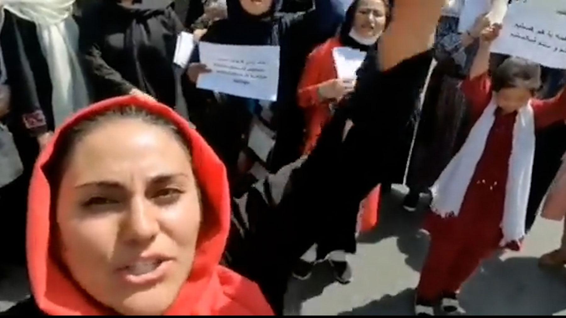 Mujeres afganas se manifiestan contra los talibanes.