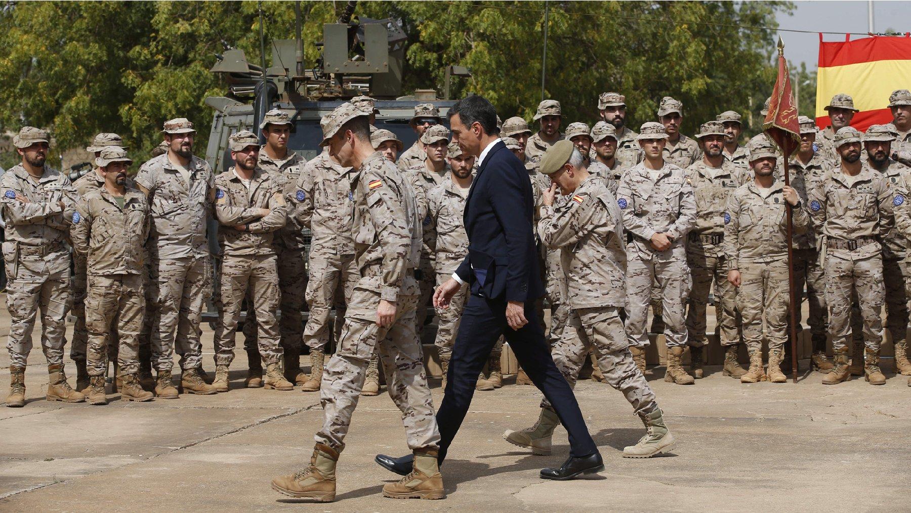 Pedro Sánchez en una visita a las tropas en Mali en 2018. (Foto: EFE)