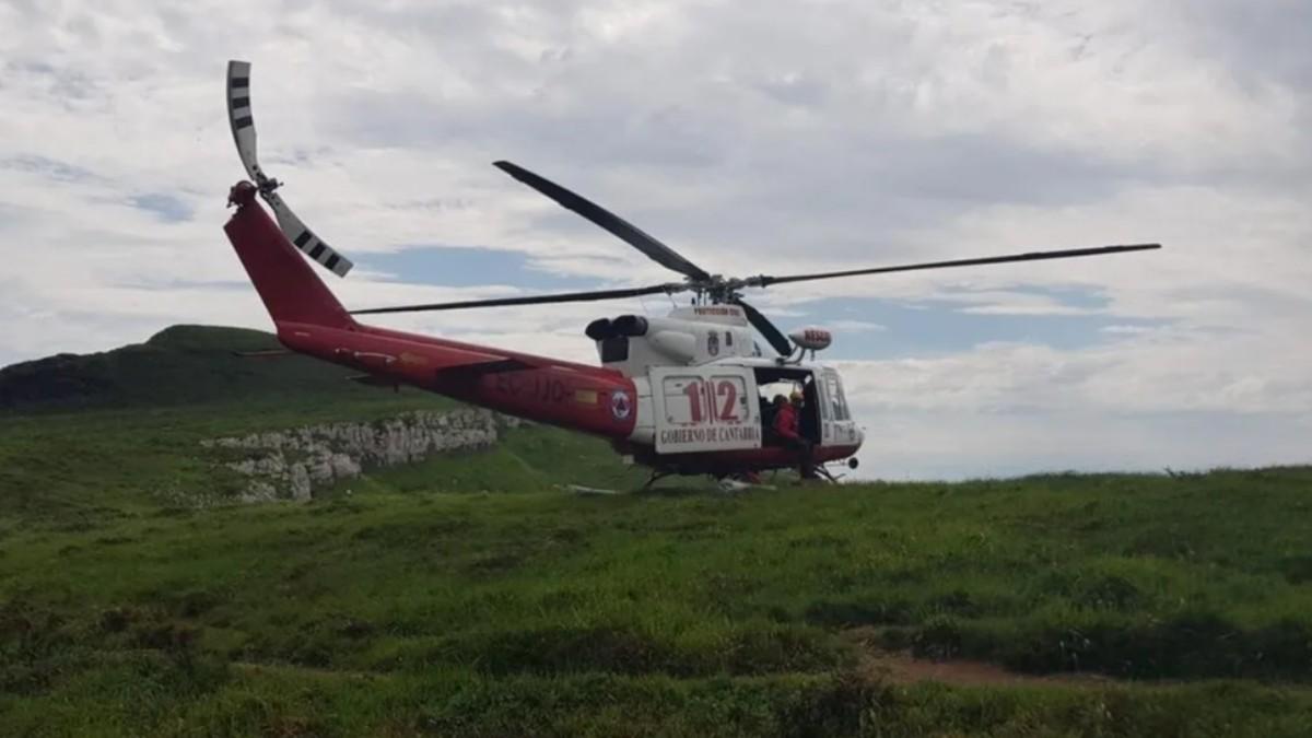 Un helicóptero del 112 en un rescate en los Collados del Asón.Archivo.