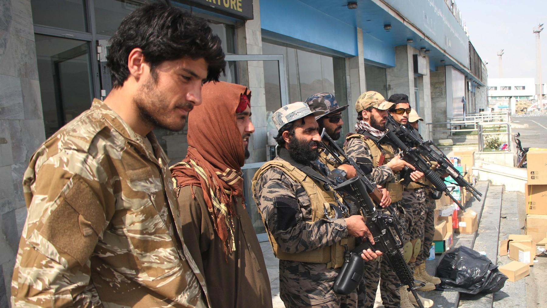 Milicianos talibanes en el aeropuerto de Kabul.