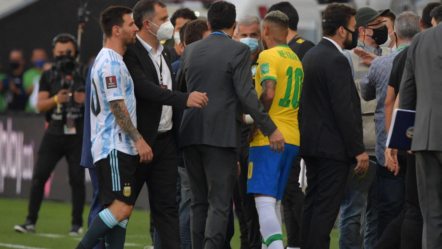 Leo Messi antes de la suspensión del partido. (AFP)