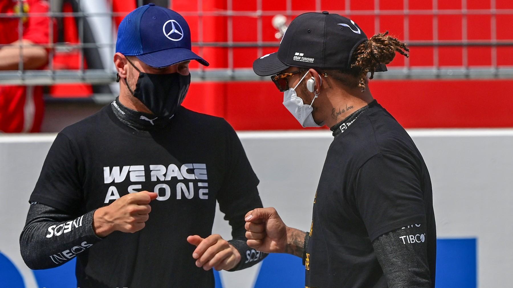 Valtteri Bottas y Lewis Hamilton antes de un Gran Premio de Fórmula 1.