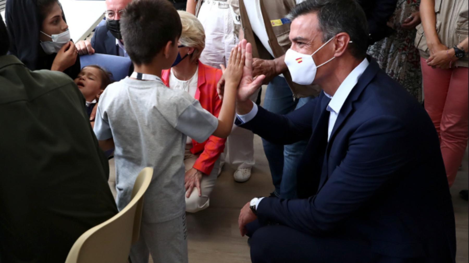 El presidente del Gobierno, Pedro Sánchez, con refugiados afganos.