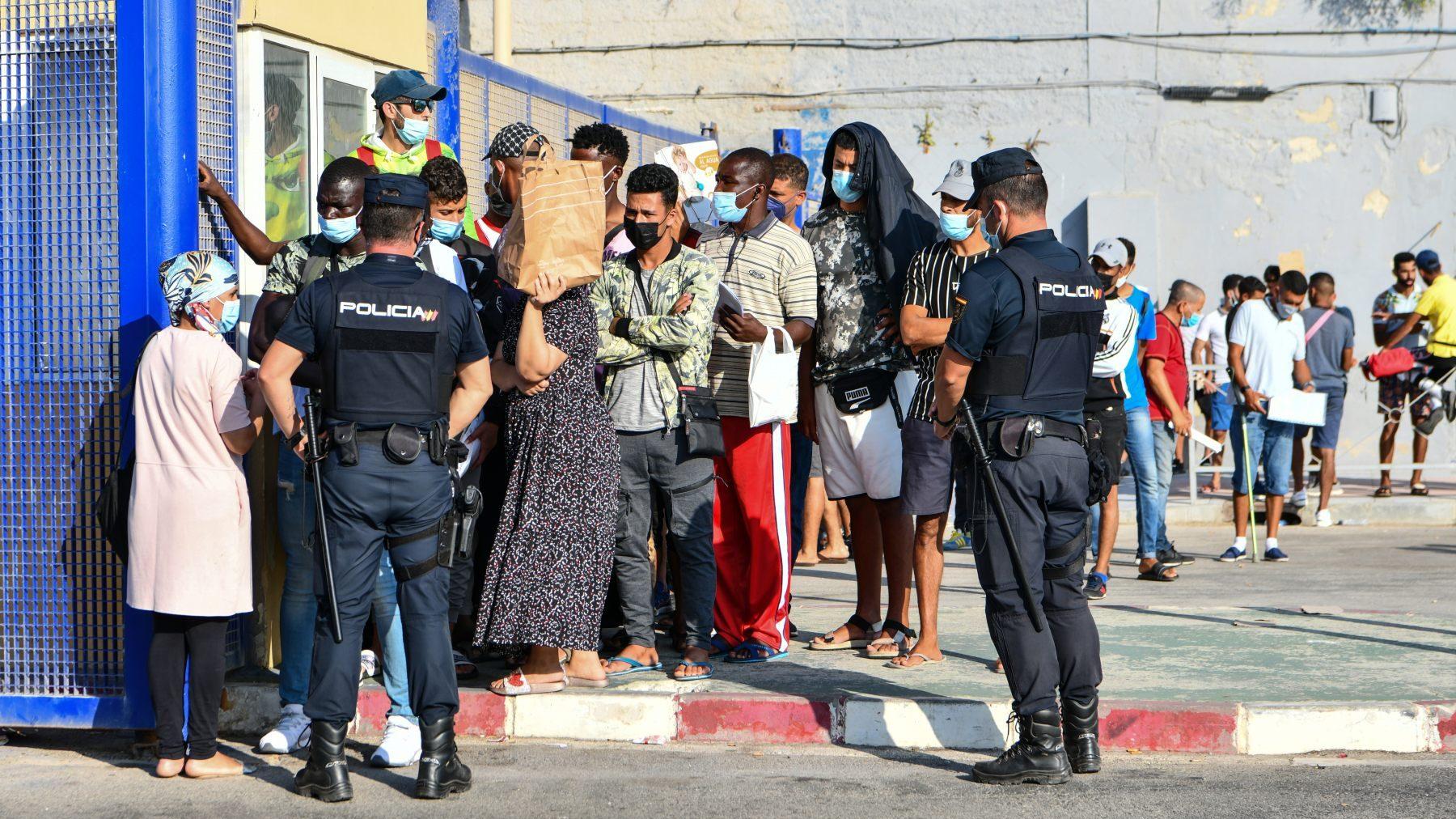 Inmigrantes ilegales guardan cola en Ceuta para solicitar asilo (ANTONIO SEMPERE / EUROPA PRESS). (1)