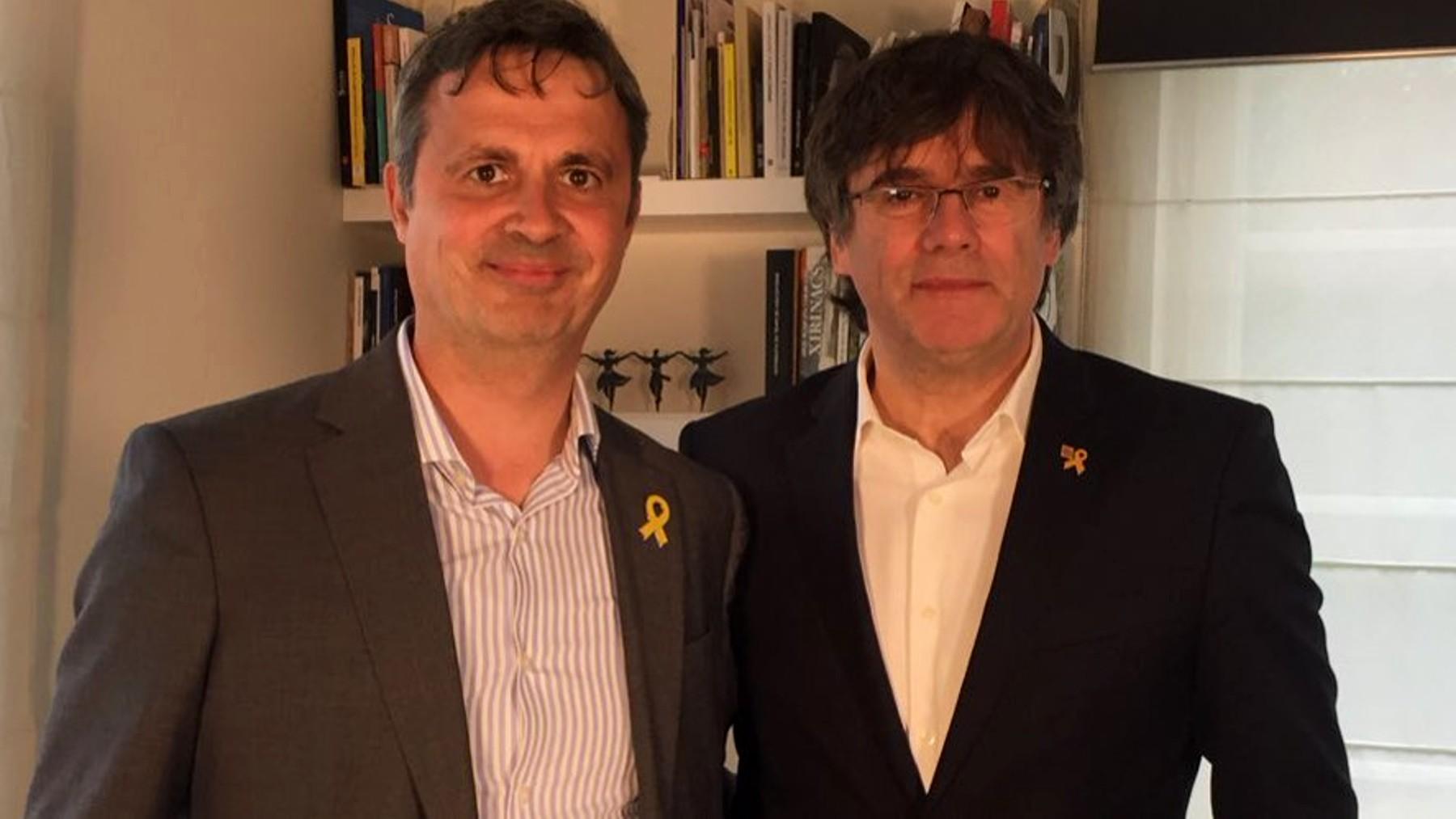 Héctor López Bofill junto a Carles Puigdemont.