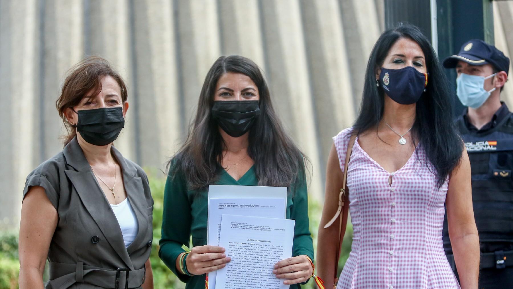 Marta Castro, Macarena Olona (c) y Carla Toscano, dirigentes de Vox, ante el TC. (Foto: EP)