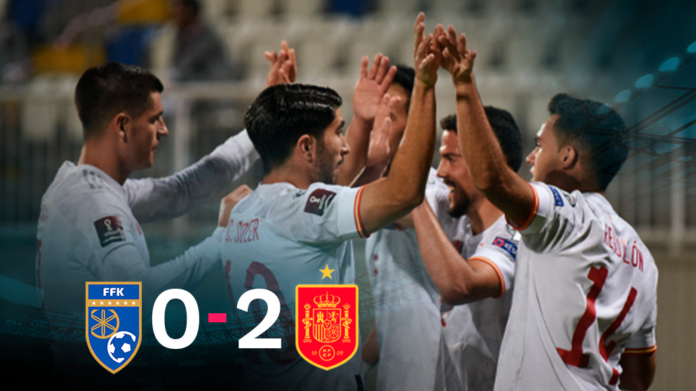 Los jugadores de España celebran la victoria en Kosovo.