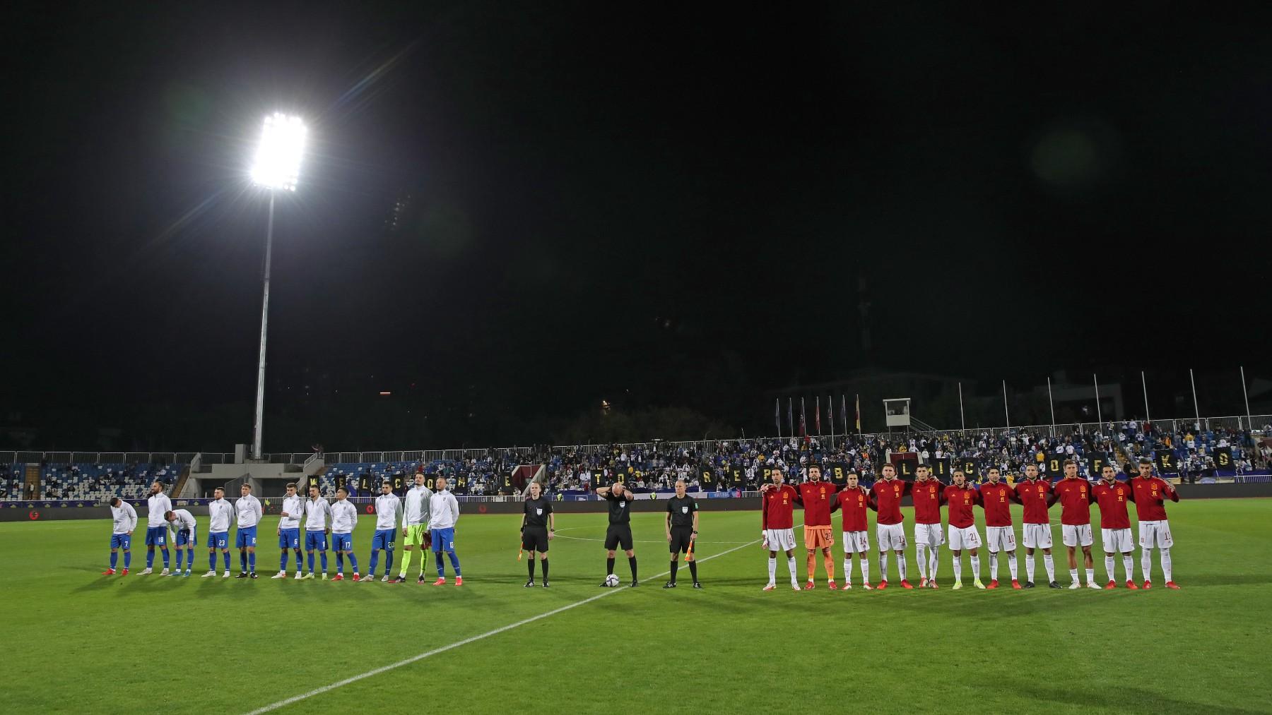 Los jugadores de España escuchan el himno durante el partido. (AFP)