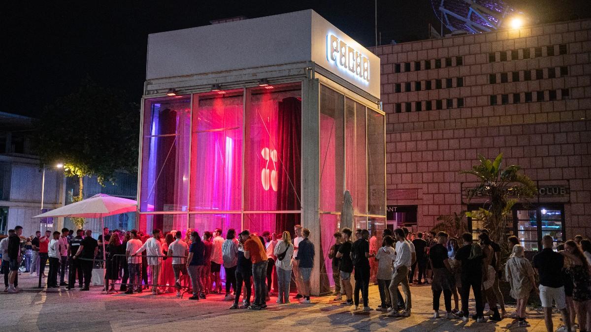 Jóvenes hacen cola para entrar a una discoteca, a 27 de junio de 2021, en Barcelona.