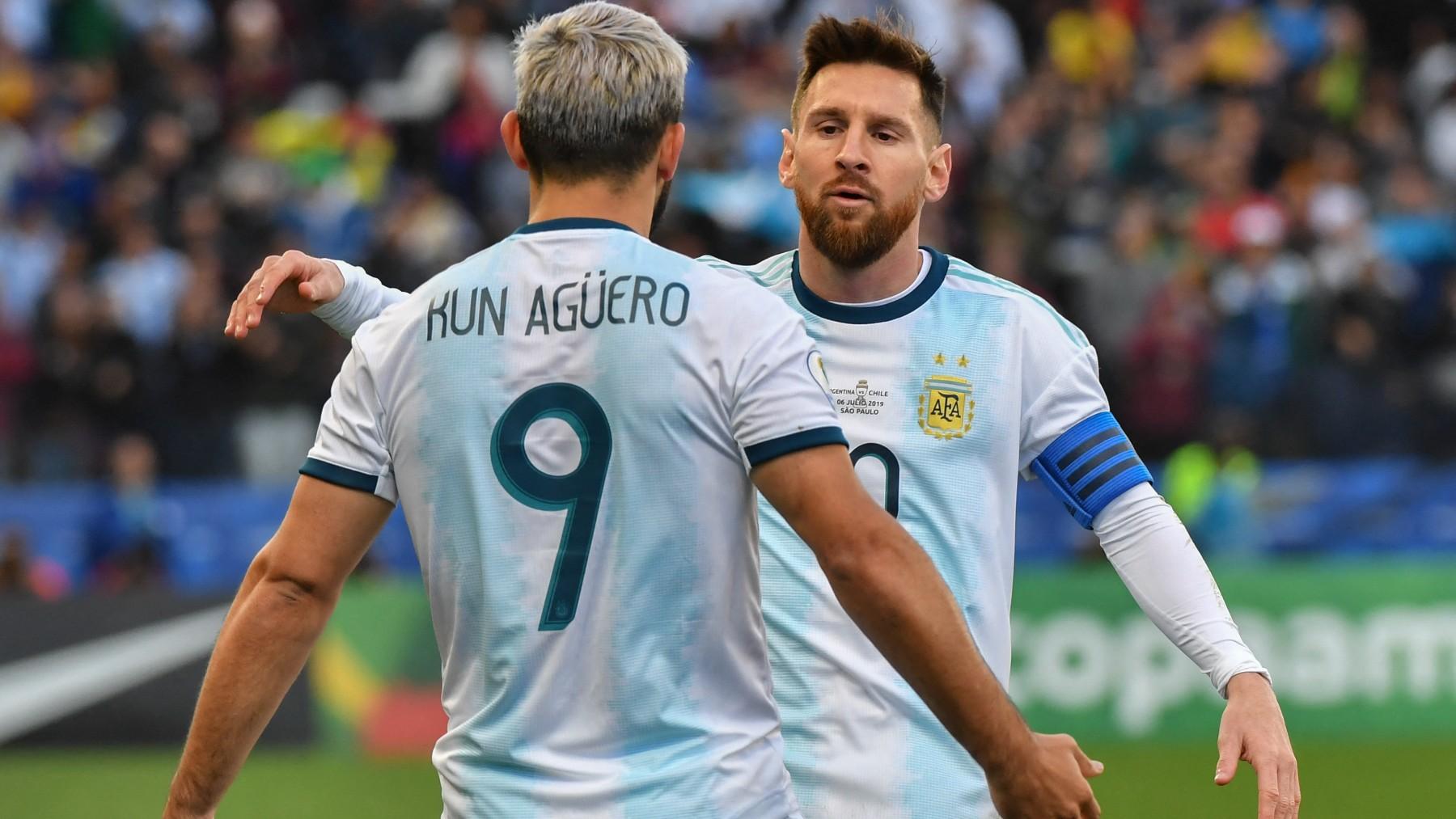 Kun Agüero y Leo Messi celebran un gol con Argentina. (AFP)