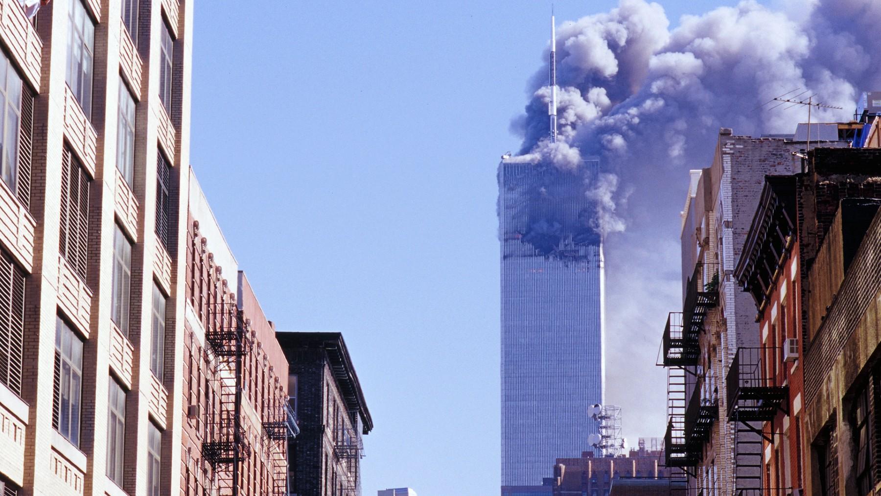 Una de las dos Torres Gemelas tras los atentados del 11-S. (Foto: Europa Press)