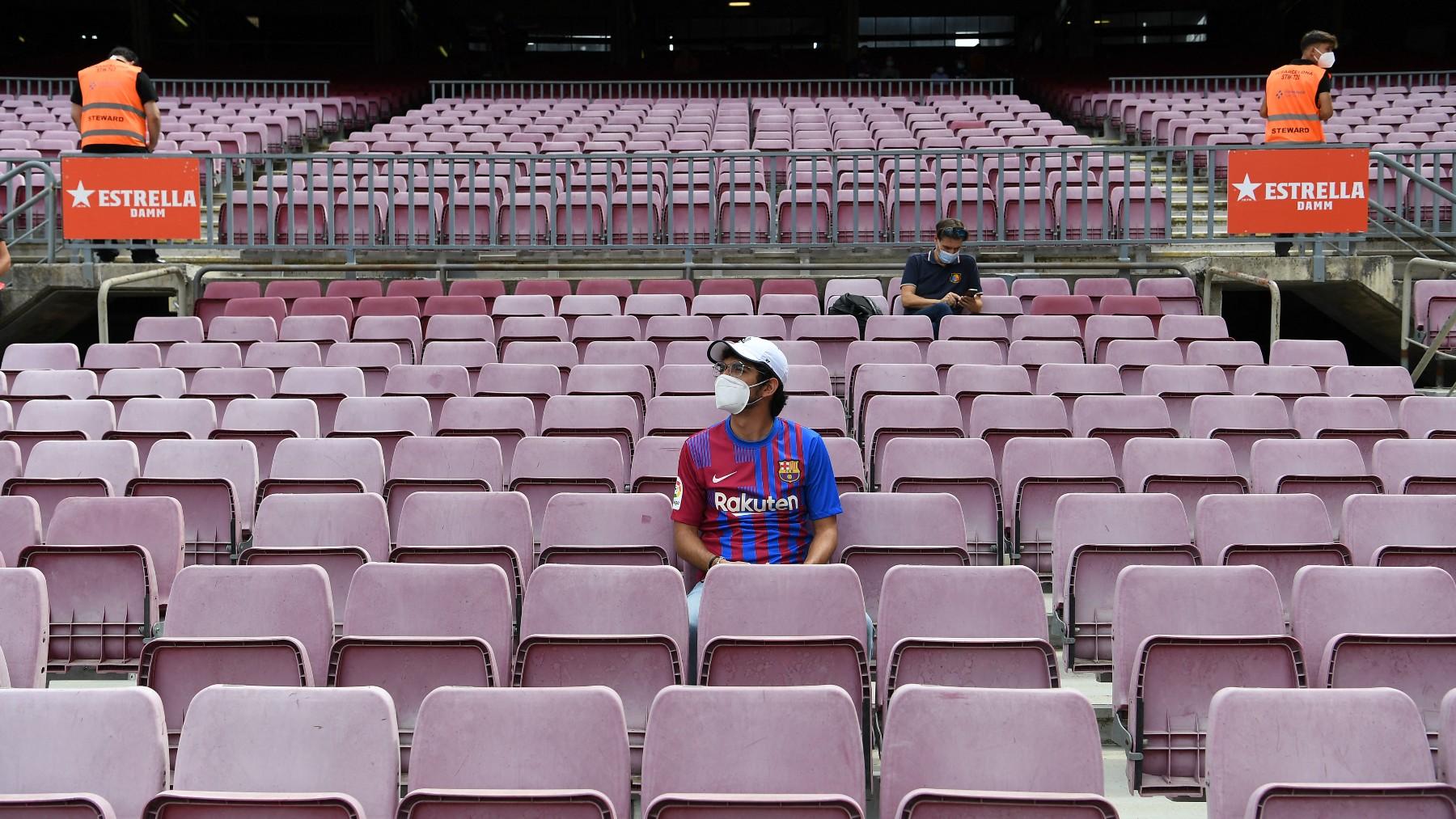 Dos aficionados del Barcelona en el Camp Nou antes de un partido esta temporada. (AFP)