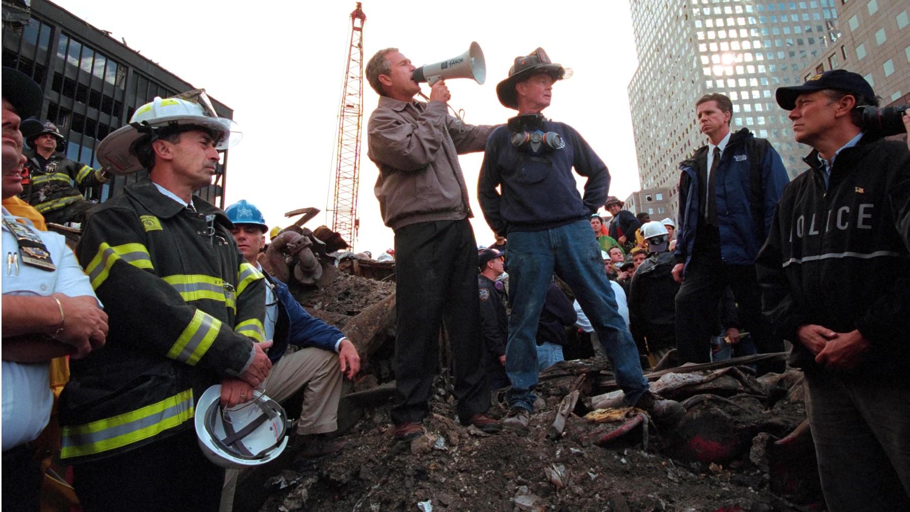 George W. Bush entre los escombros de la Torres Gemelas. (Foto: Europa Press)