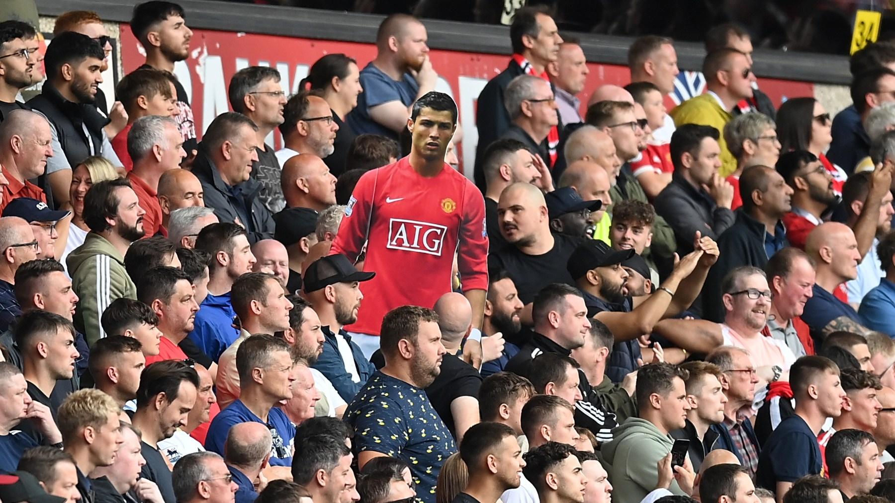 Los aficionados del United muestran una imagen de cartón de Cristiano Ronaldo. (Getty)