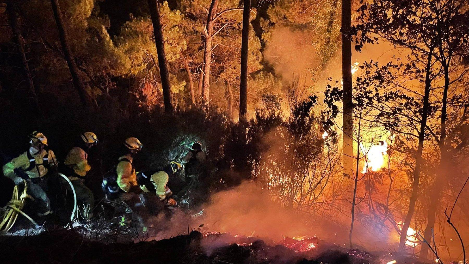Bomberos participan en labores de extinción del incendio (@Plan_INFOCA).