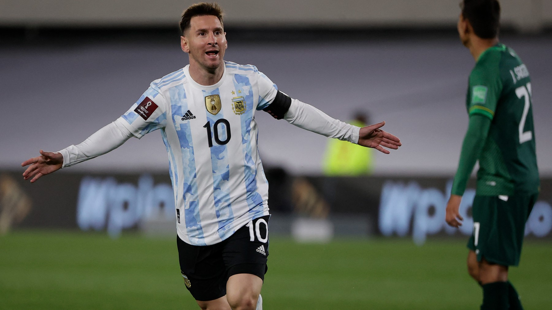 Messi celebra un gol con Argentina a Bolivia. (AFP)