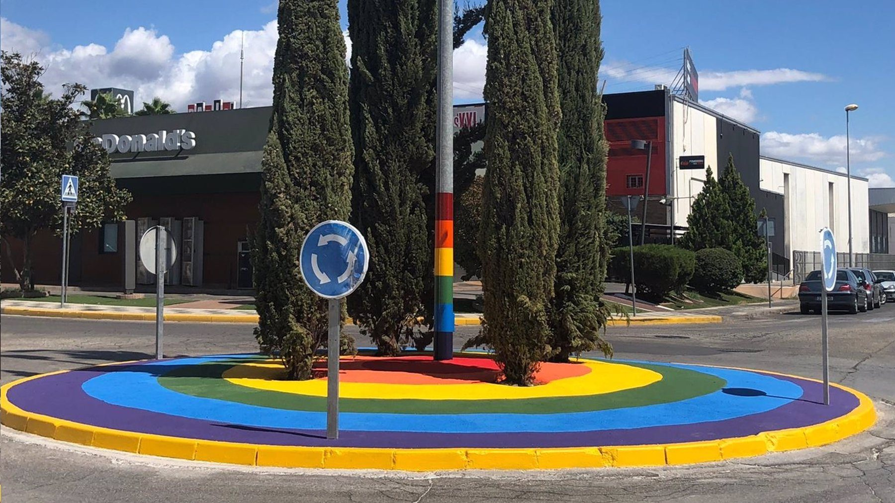 Andújar dedica una rotonda al colectivo Lgtbi para darle visibilidad y apoyo «frente a la homofobia y el odio».