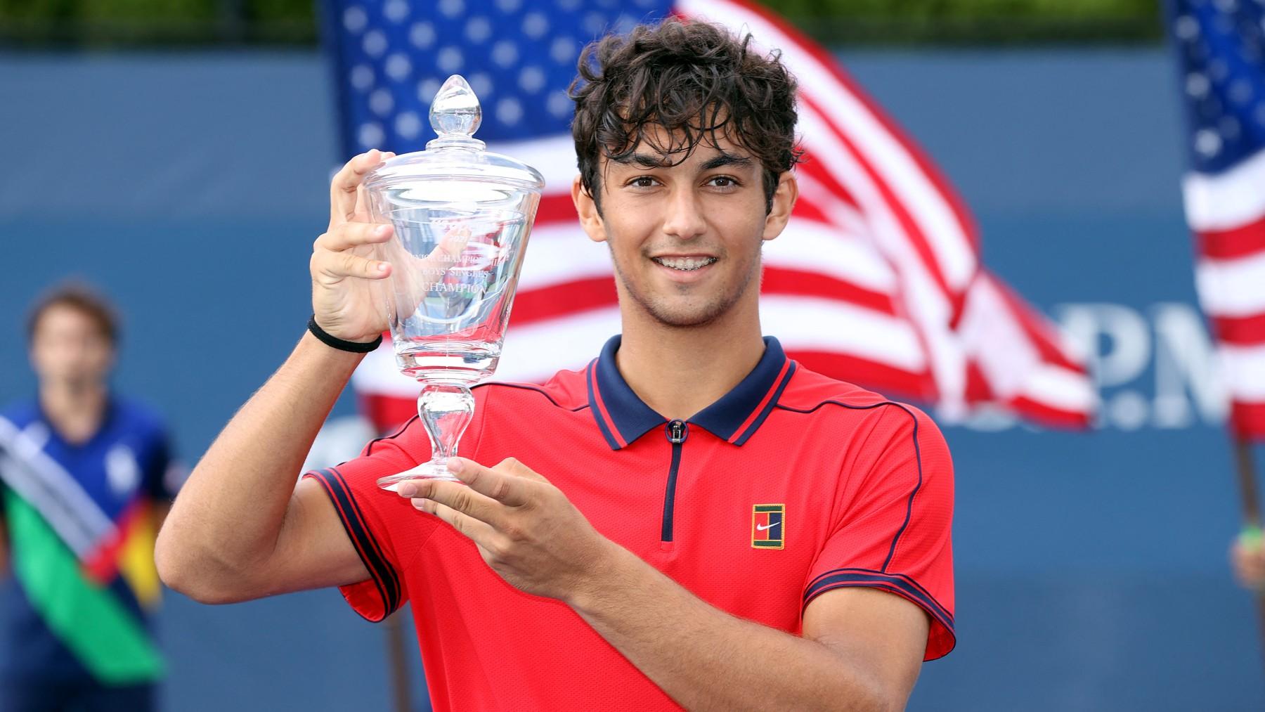 Daniel Rincón, con el trofeo de campeón. (AFP)