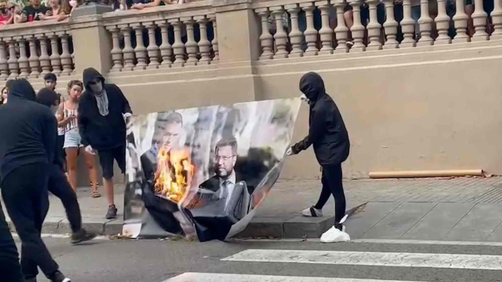 Queman una foto de Aragonès y Sánchez en la manifestación de la Izquierda Independentista.