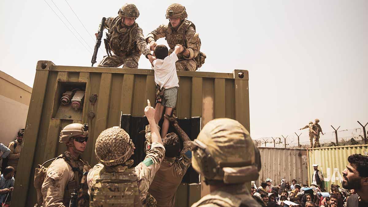 Militares trabajan en la evacuación en Kabul