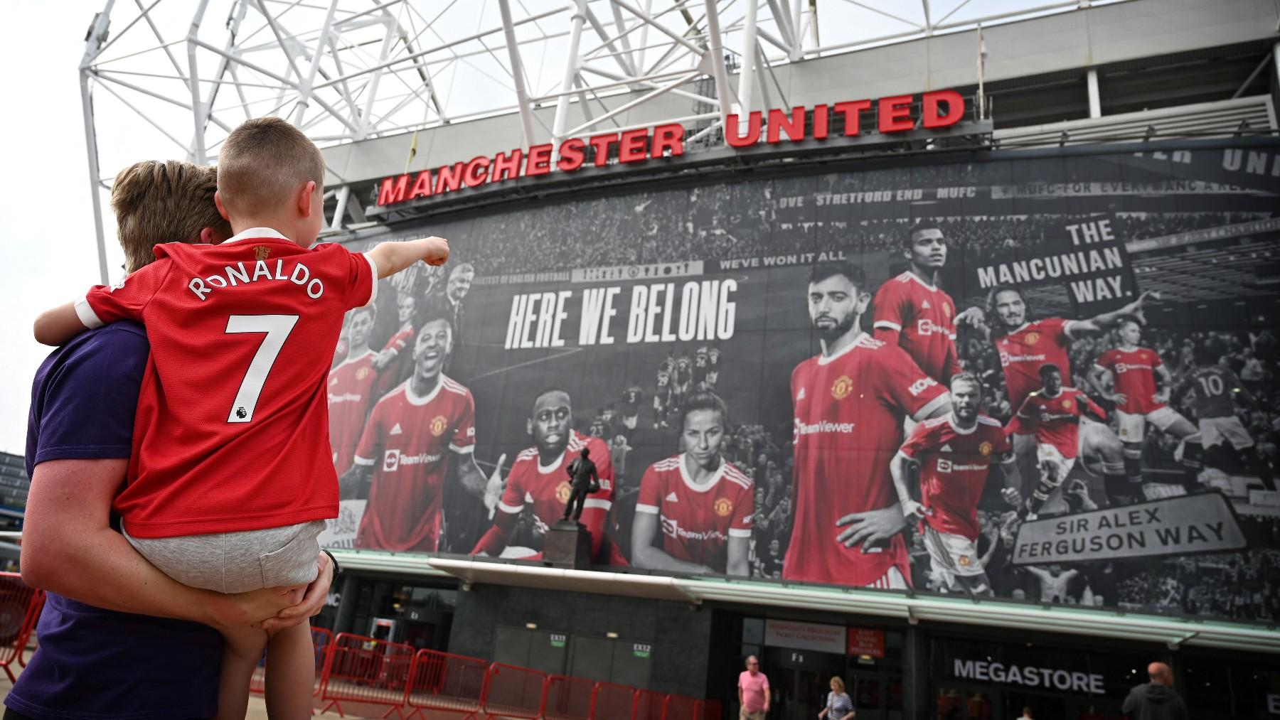 Un niño con la camiseta de Cristiano Ronaldo delante de Old Trafford. (AFP)
