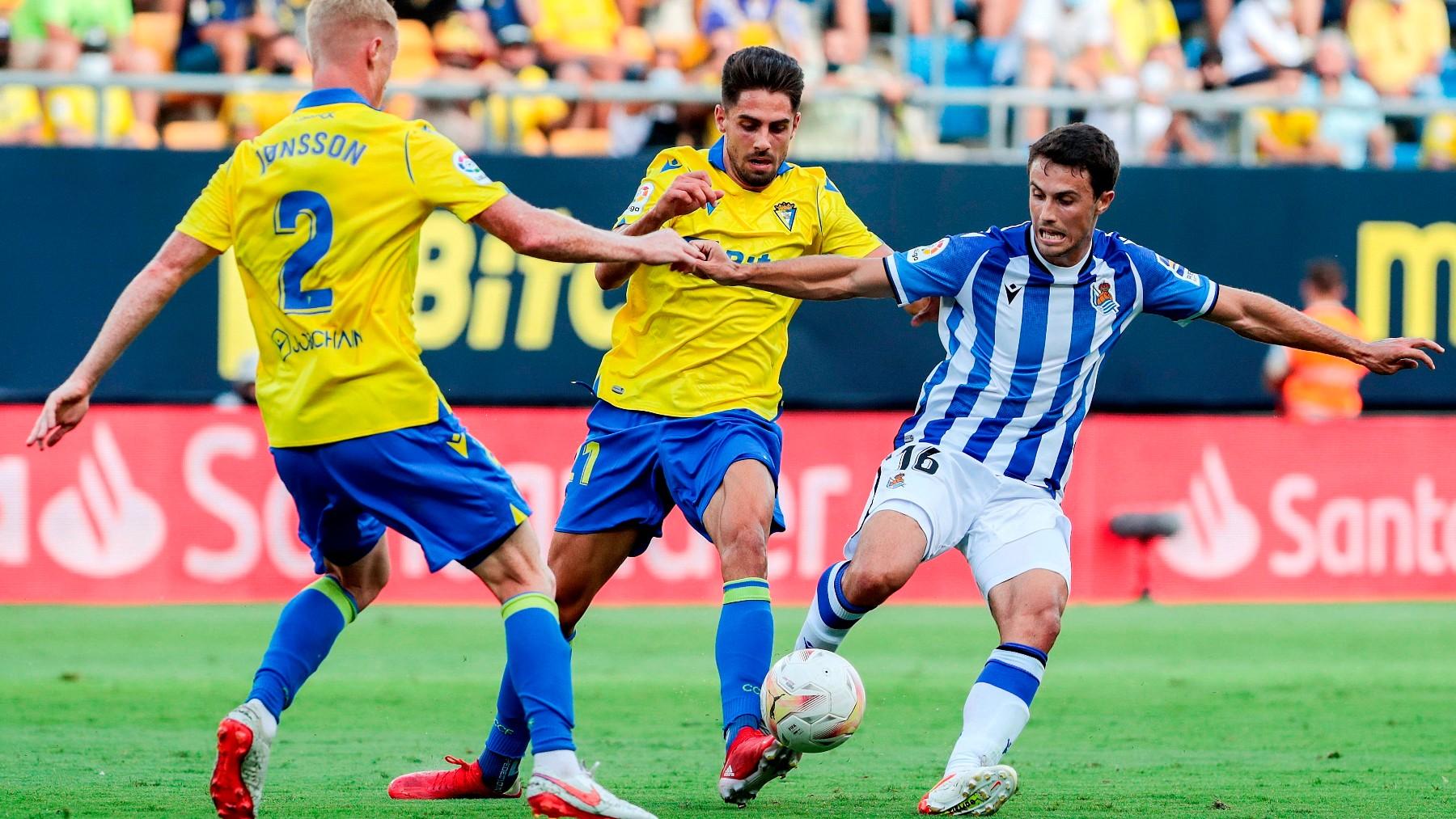 Rubén Sobrino y Jens Jonsson pelean un balón con Ander Guevara en el Cádiz-Real Sociedad. (EFE)