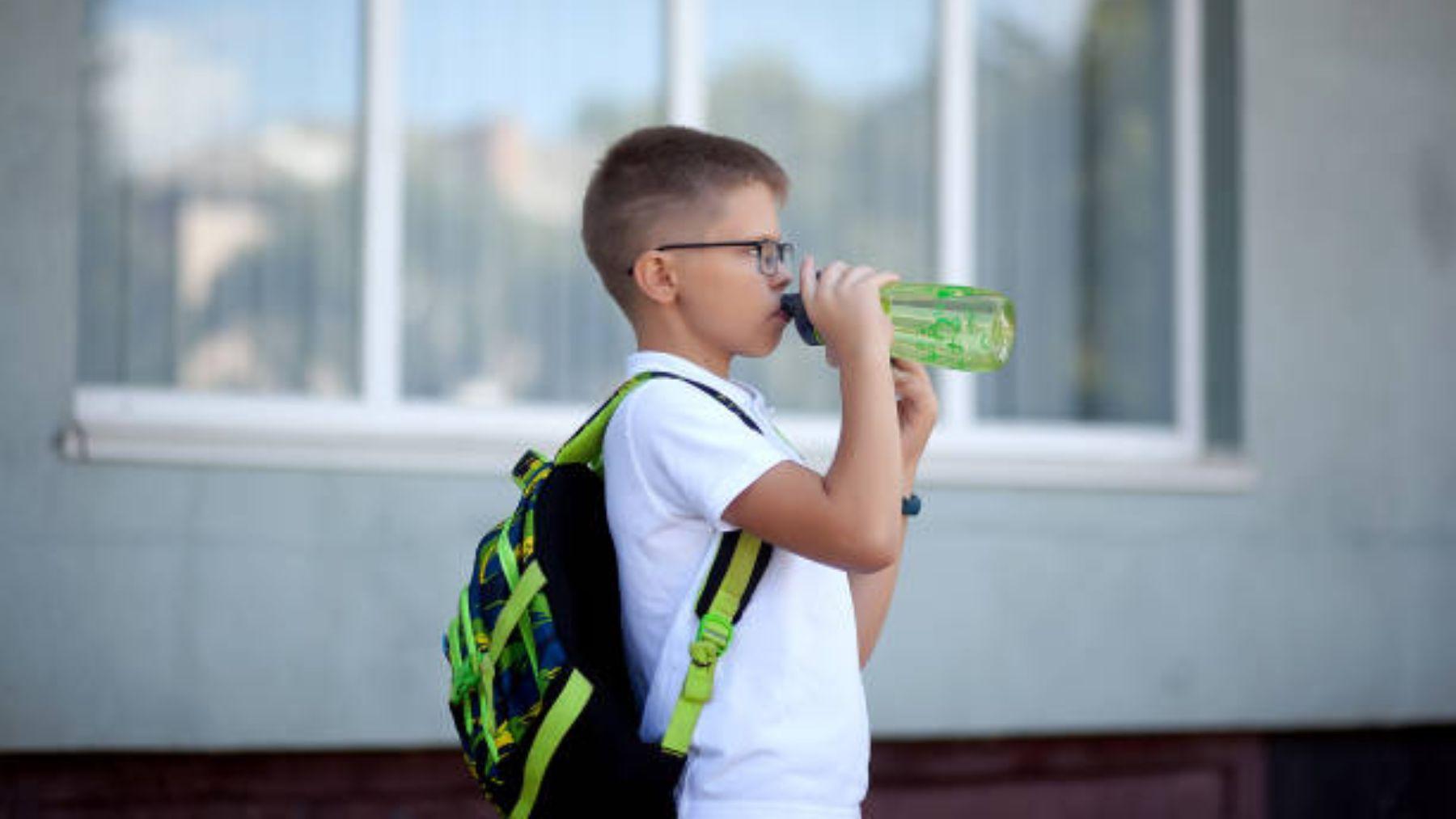 Zara lanza botella para que los niños beban agua cuando están en la escuela