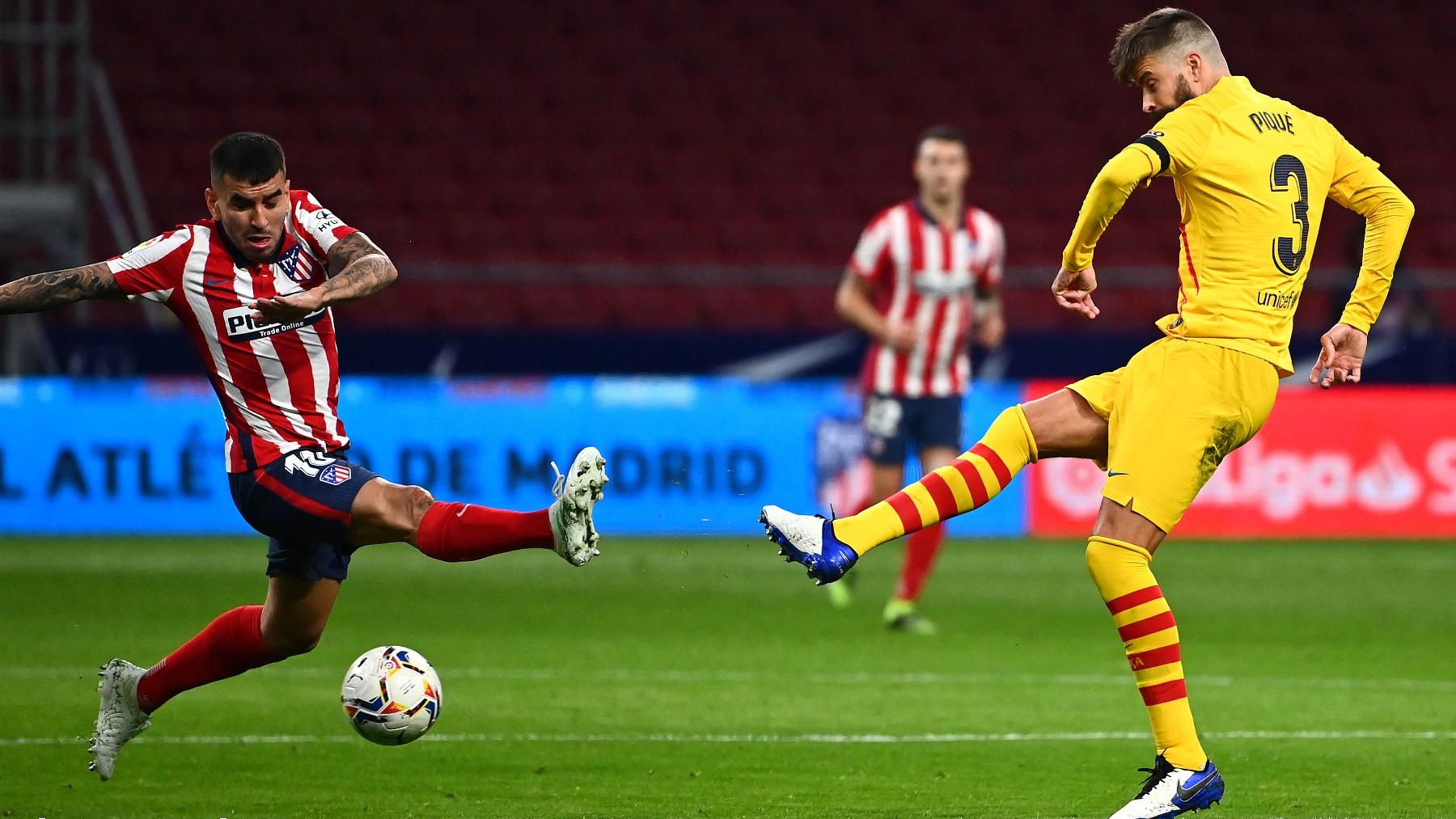 Ángel Correa intenta tapar un pase de Piqué en el Atlético-Barcelona. (AFP)
