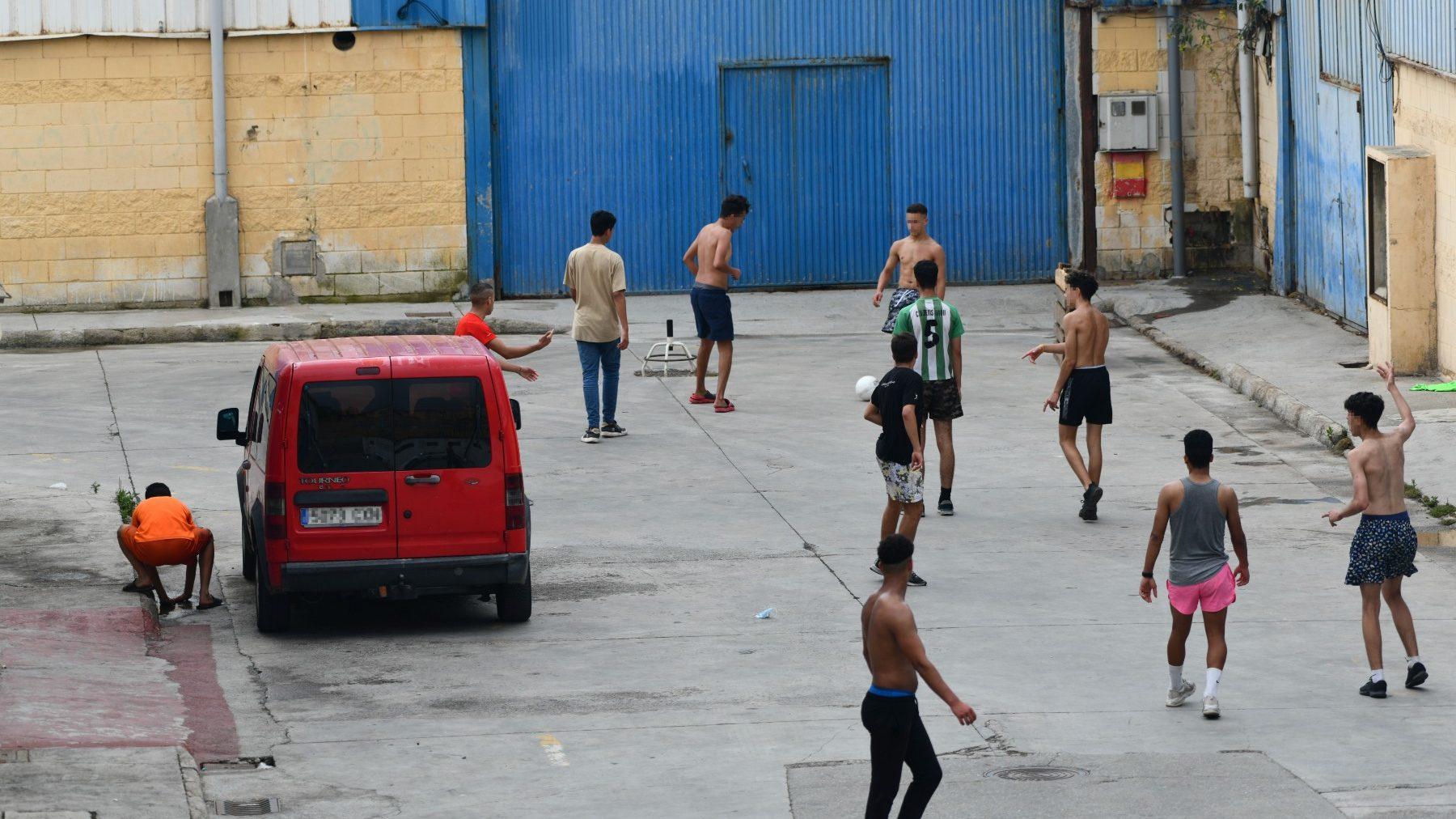 Mensa juegan al fútbol en las naves del Tarajal, en Ceuta (ANTONIO SEMPERE / EUROPA PRESS). (1)