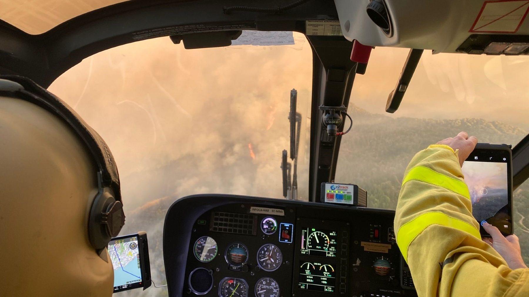 Imágenes desde el helicóptero de mando del Infoca que trabaja en el incendio de Sierra Bermeja (PLAN INFOCA). (1)