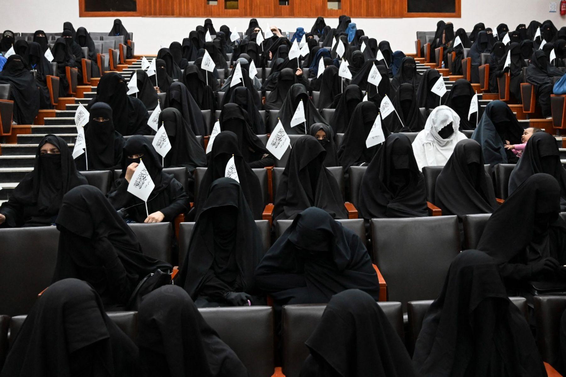 Mujere con burka en la Universidad de Kabul (AFP).