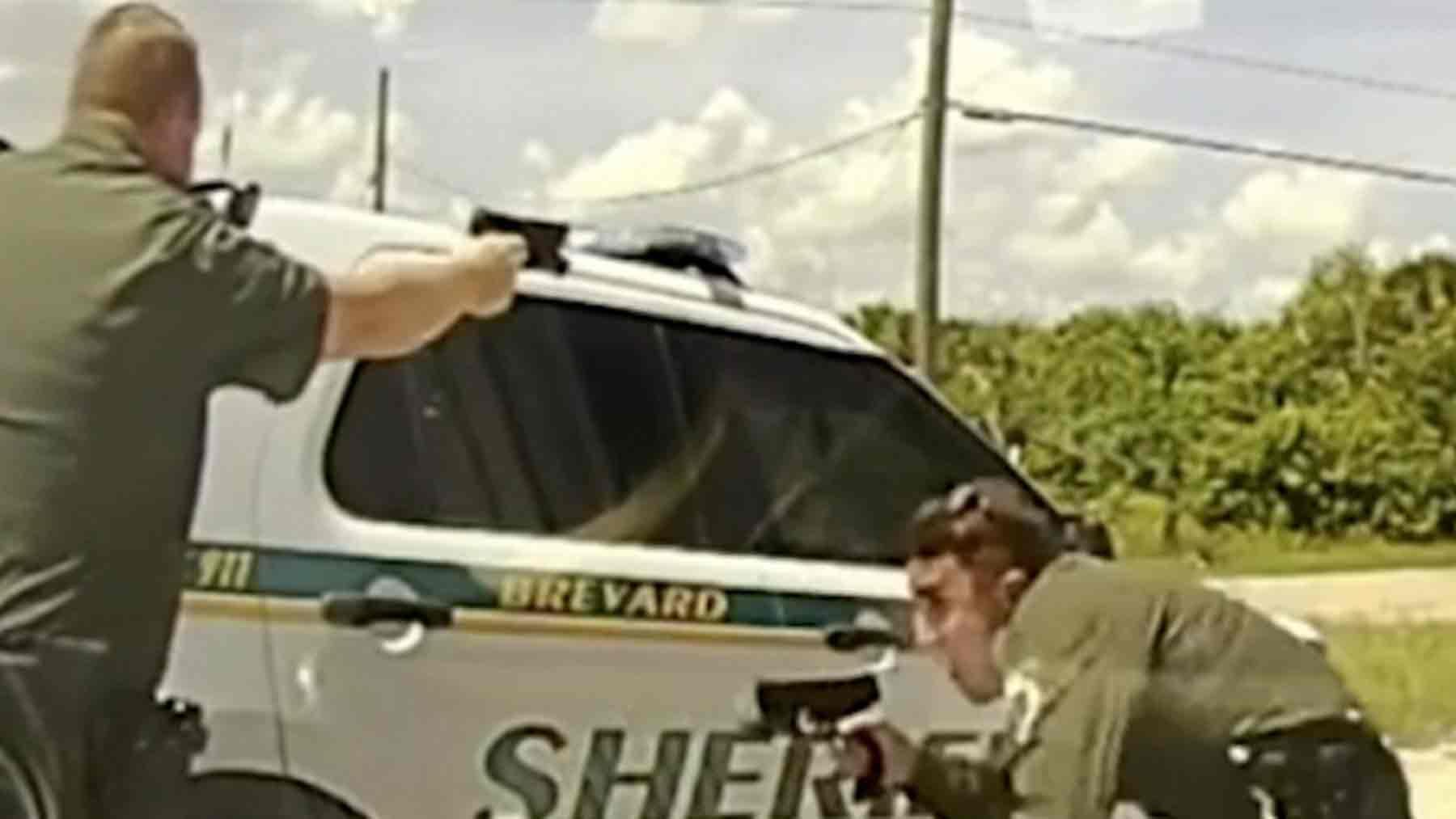 Los agentes se cubren ante los disparos del delincuente.