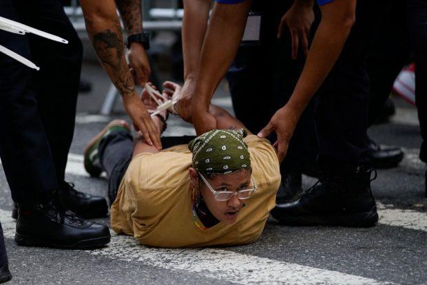 """Una mujer arrestada en una manifestación a favor de """"desfinanciar a la Policía"""" que se celebró cerca de la Gala Met 2021. Foto: AFP"""