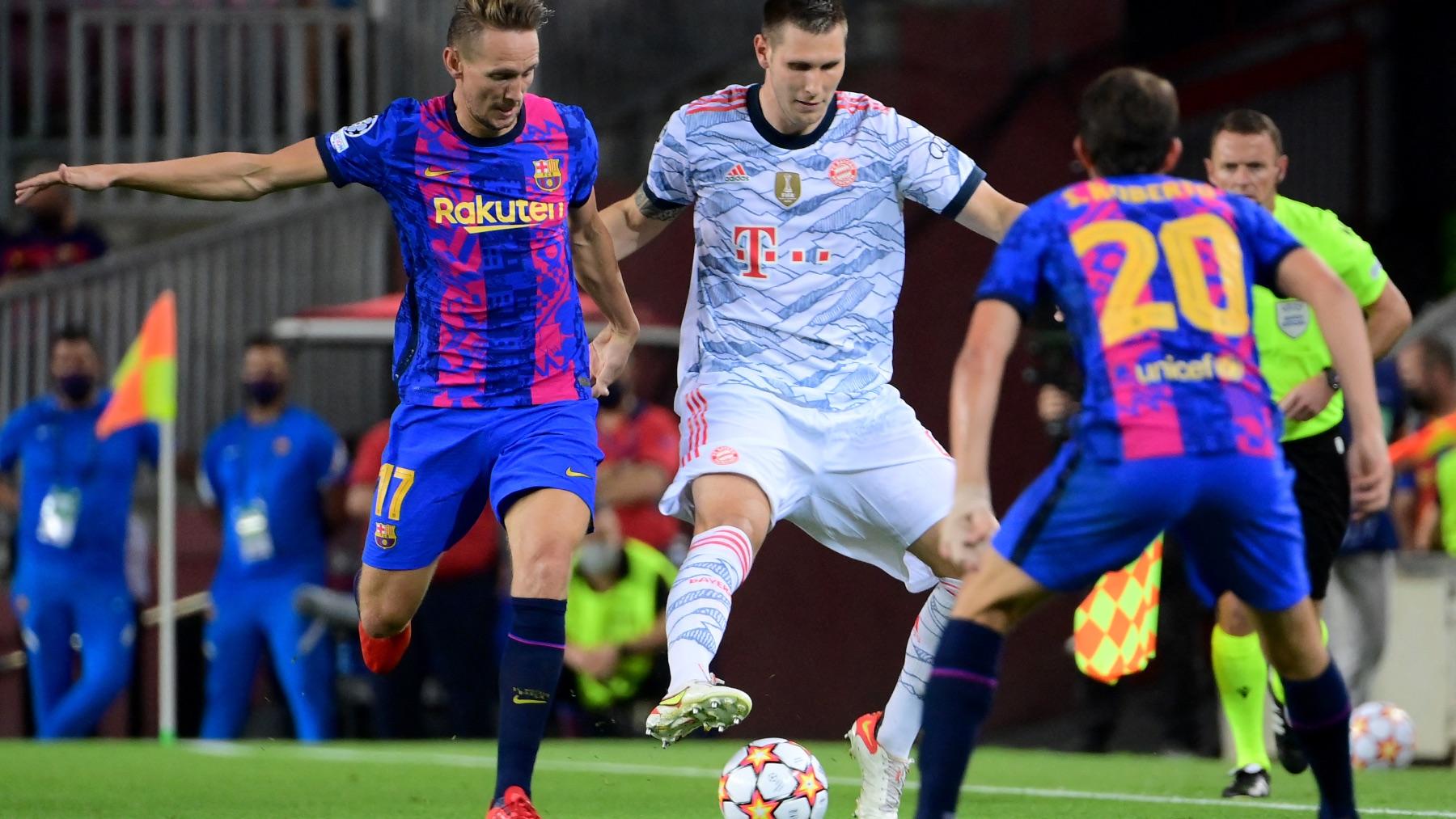 Luuk de Jong disputa una pelota ante Goretzka. (AFP)