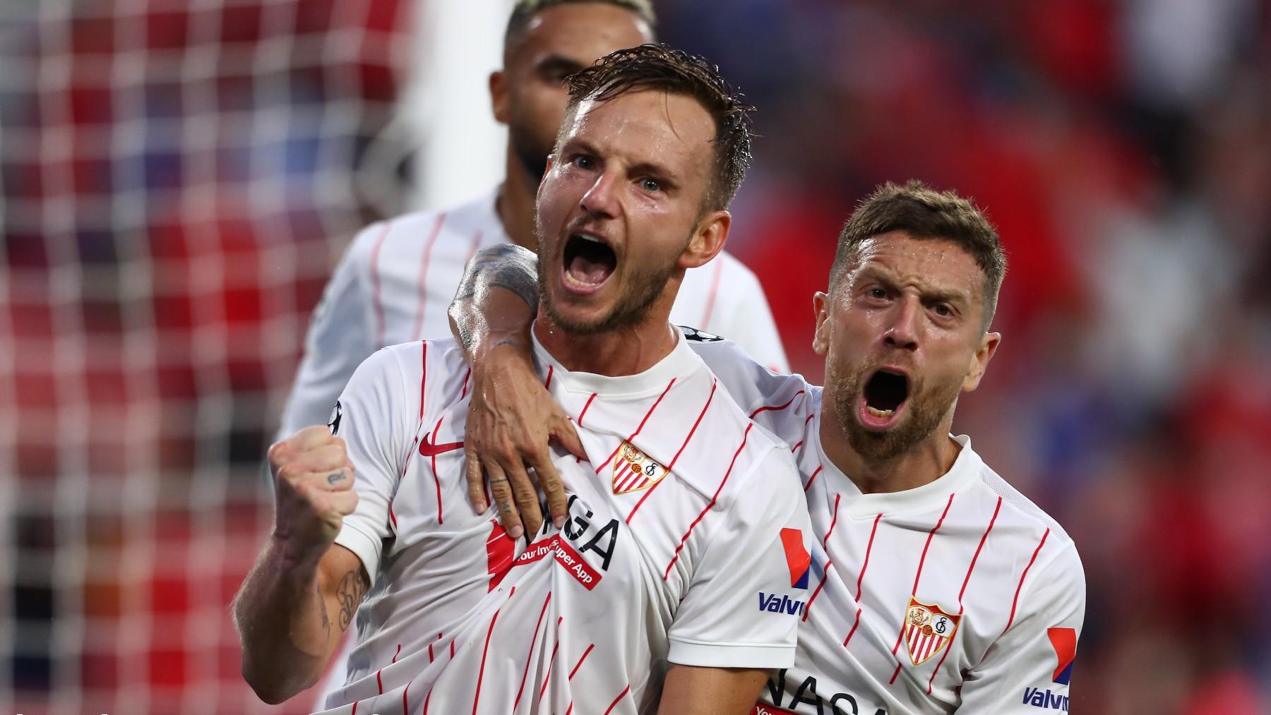 Rakitic y el Papu celebran el gol del Sevilla. (Getty)