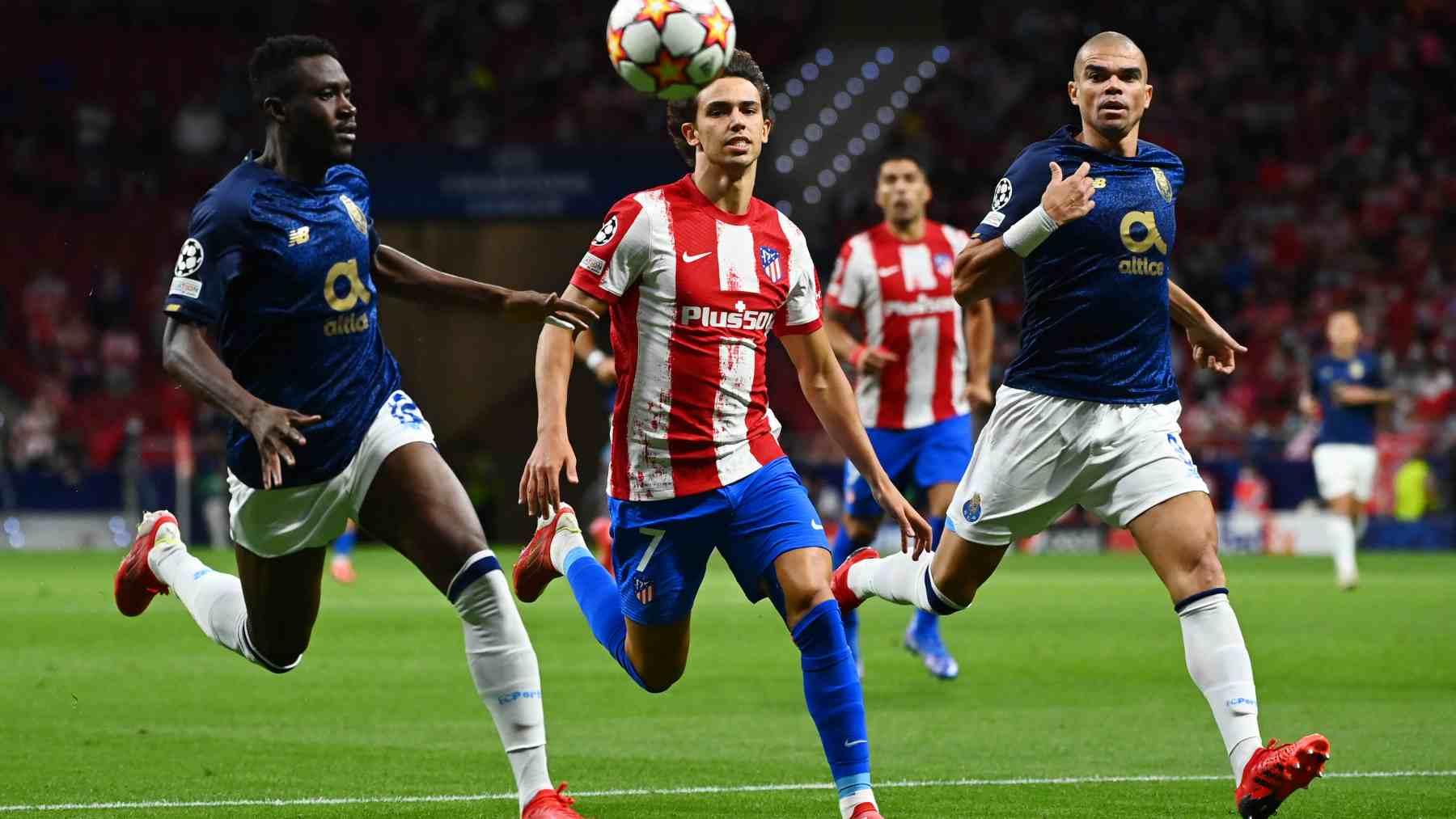 Joao Félix, del Atlético de Madrid, con Pepe, del Oporto. (AFP