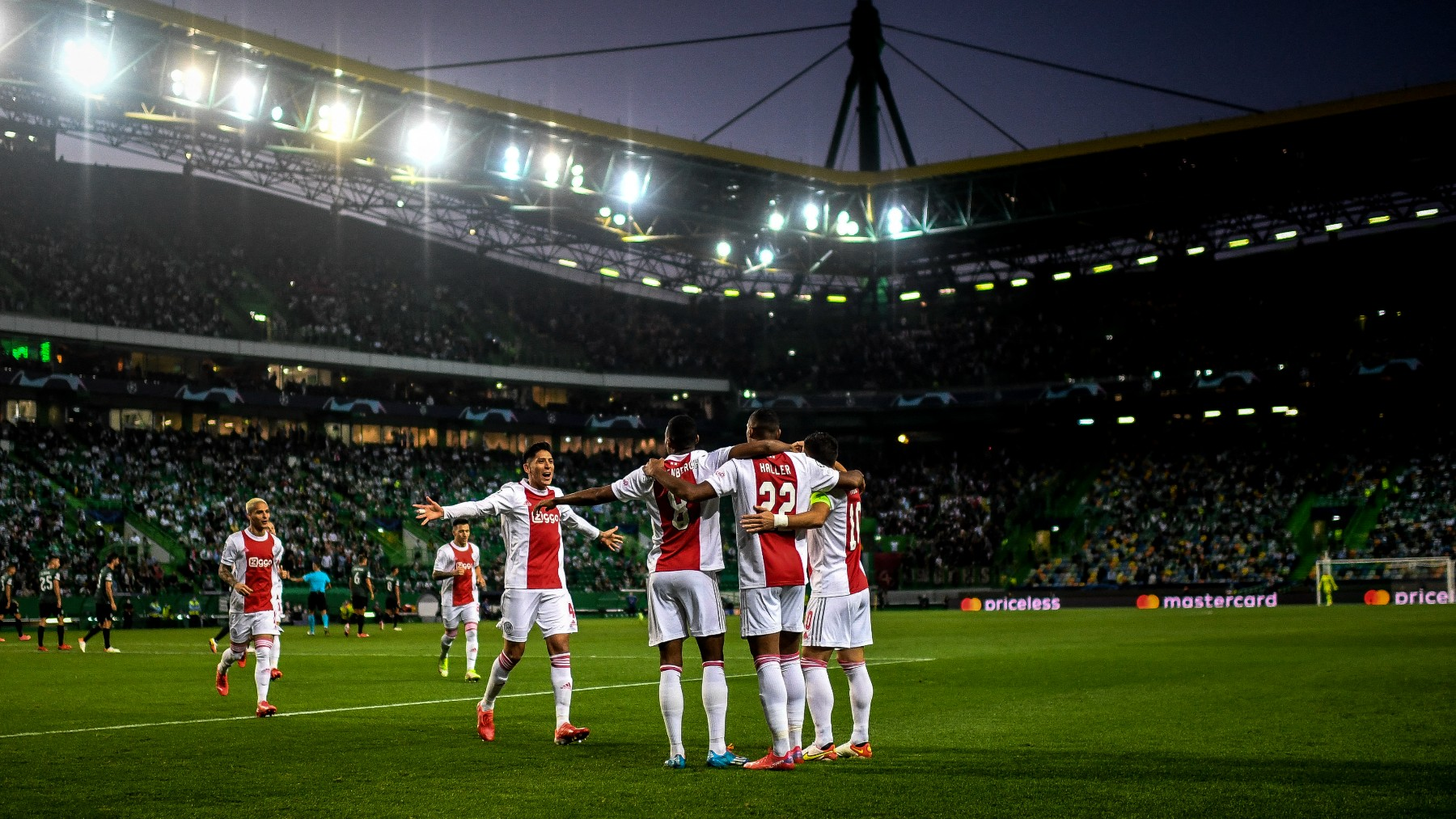 El Ajax celebra un gol contra el Sporting de Portugal. (AFP)