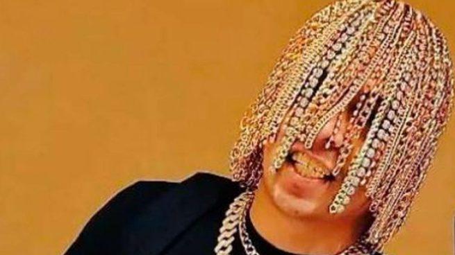 Dan Sur se implanta cadenas de oro en la cabeza