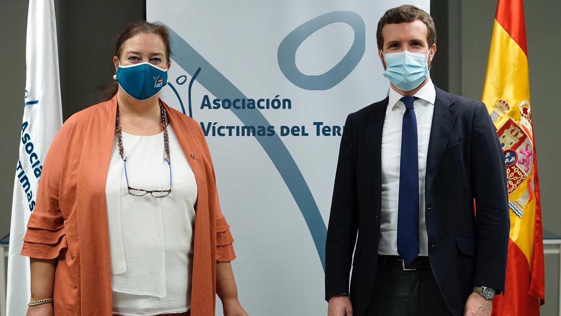 Pablo Casado y la presidenta de AVT, Maite Araluce. Foto: Europa Press
