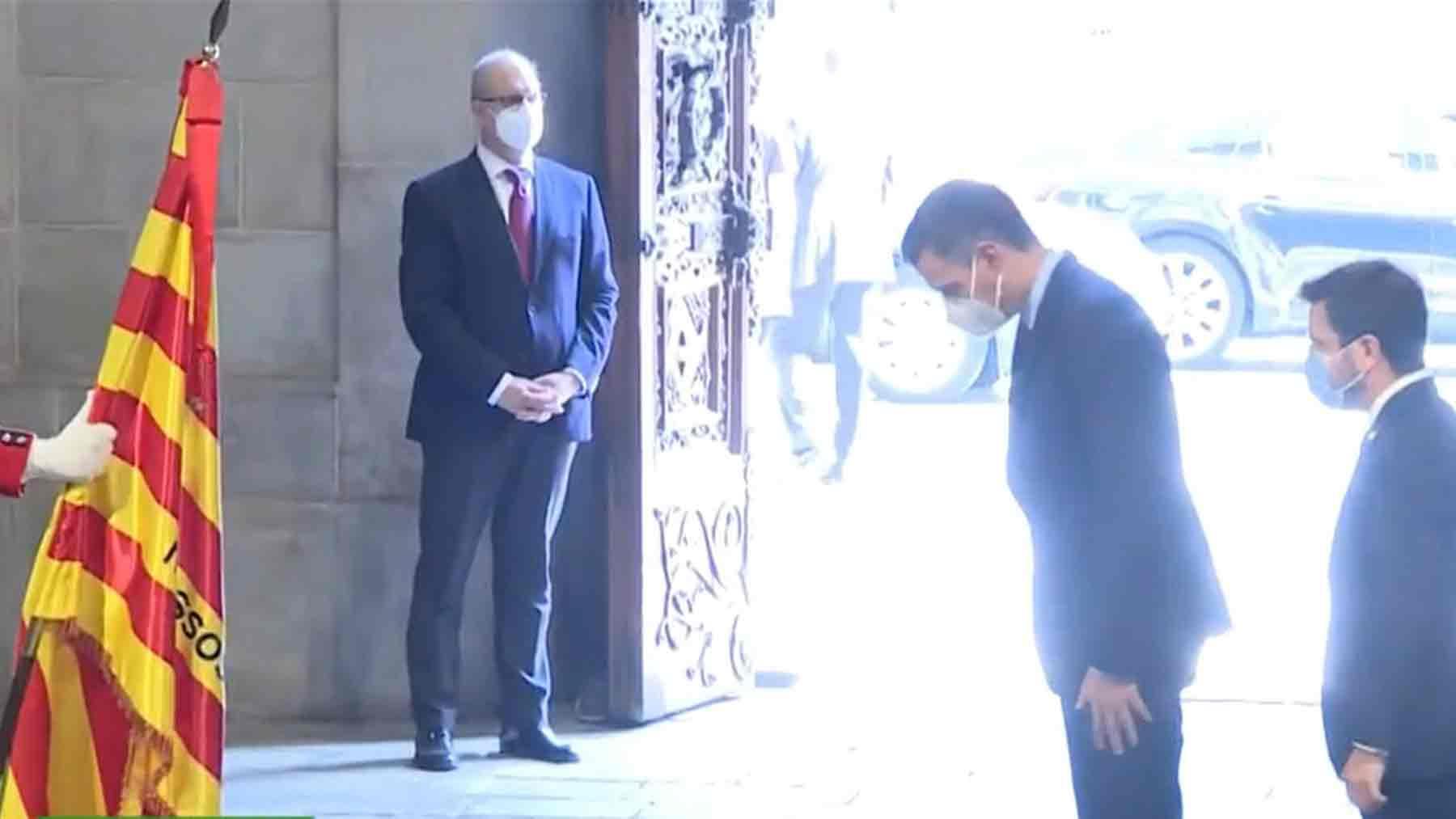 Pedro Sánchez se inclina ante la senyera
