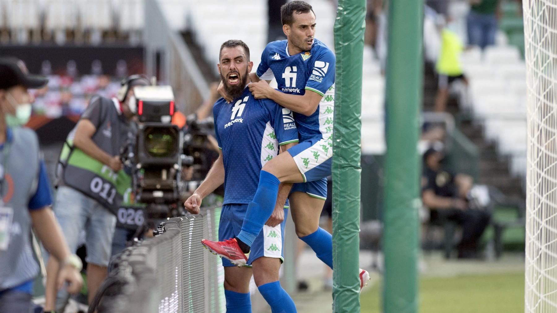 Borja Iglesias y Juanmi celebran un gol. (AFP)