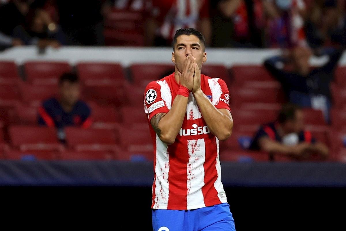 Luis Suárez se lamenta tras lanzar alto un saque de falta. Foto: EFE