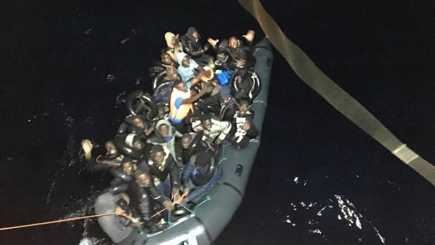 Rescate de una patera por Salvamento Marítimo en el Mar de Alborán (EUROPA PRESS).