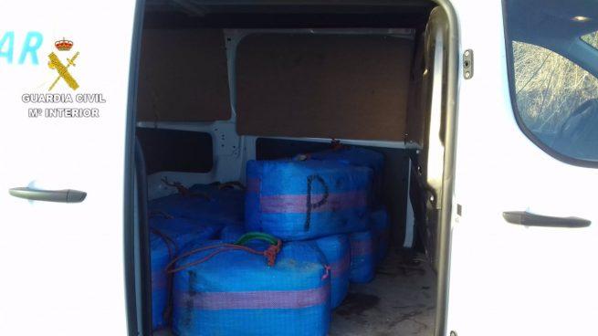 Interceptado un vehículo con más de 300 kilos de hachís en la A-92N tras embestir a la Guardia Civil.