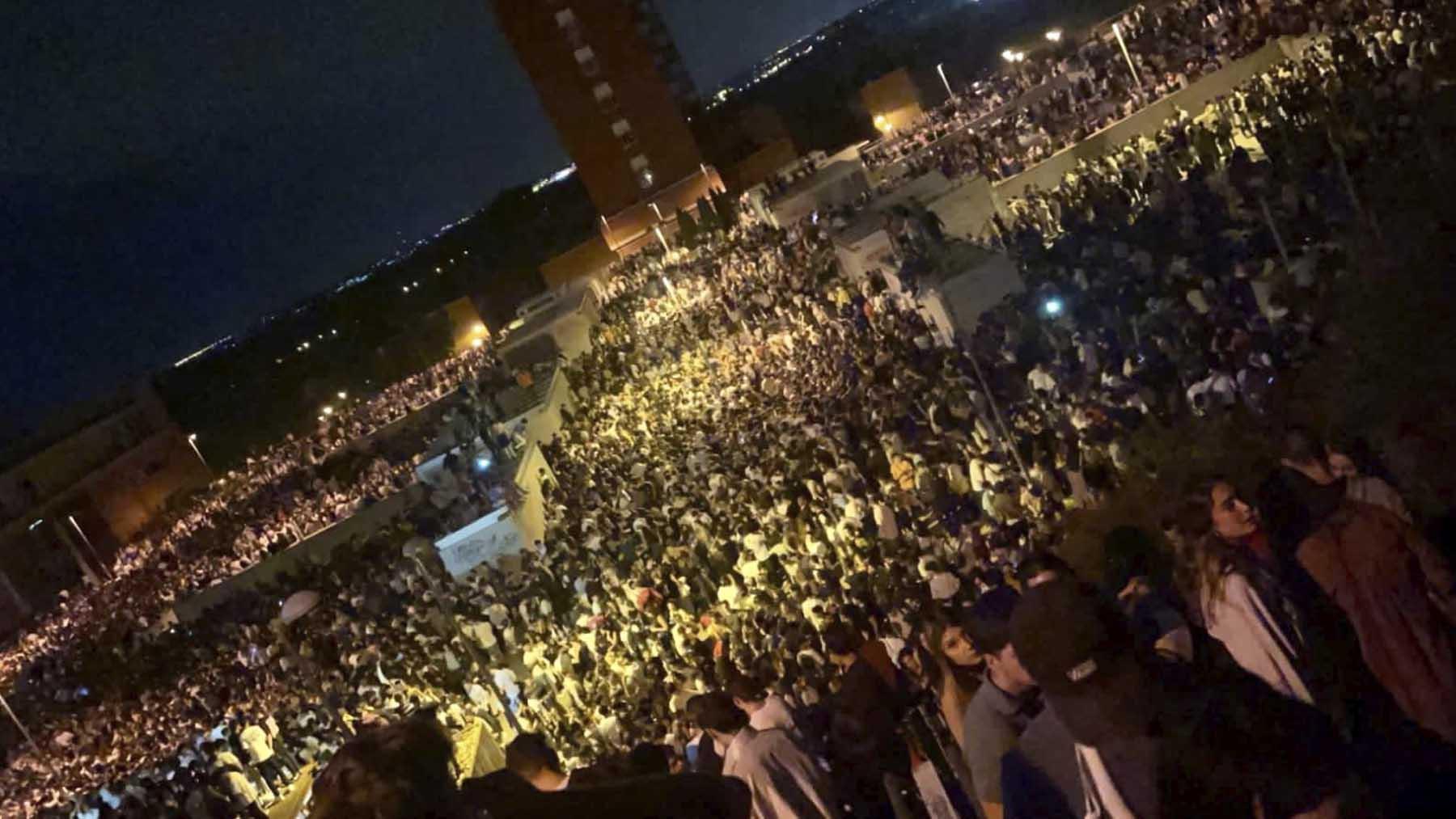 Miles de jóvenes de botellón en la Ciudad Universitaria.