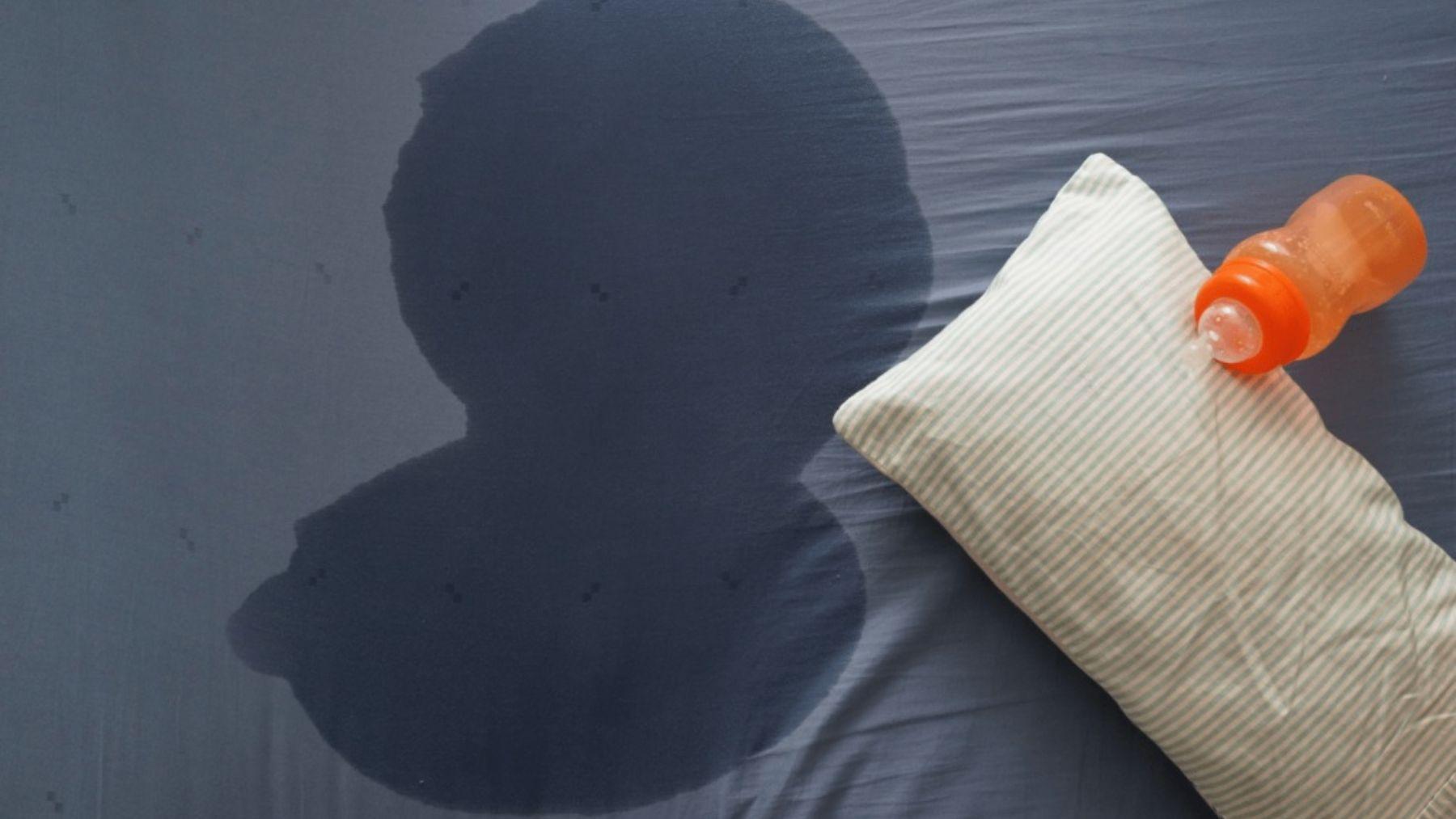 Cómo quitar las manchas de orina del colchón infantil