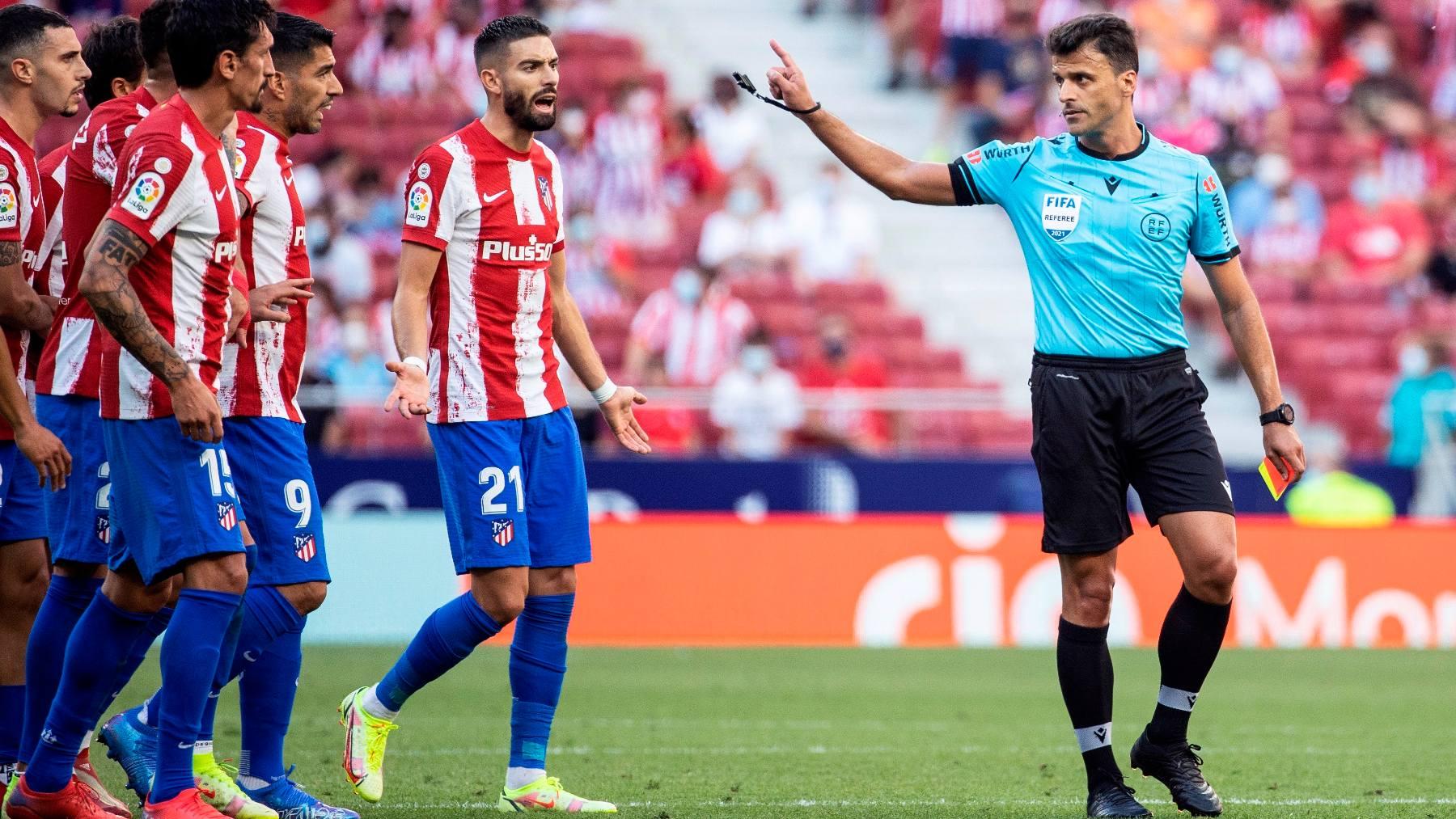 Los jugadores del Atlético protestan a Gil Manzano. (EFE)