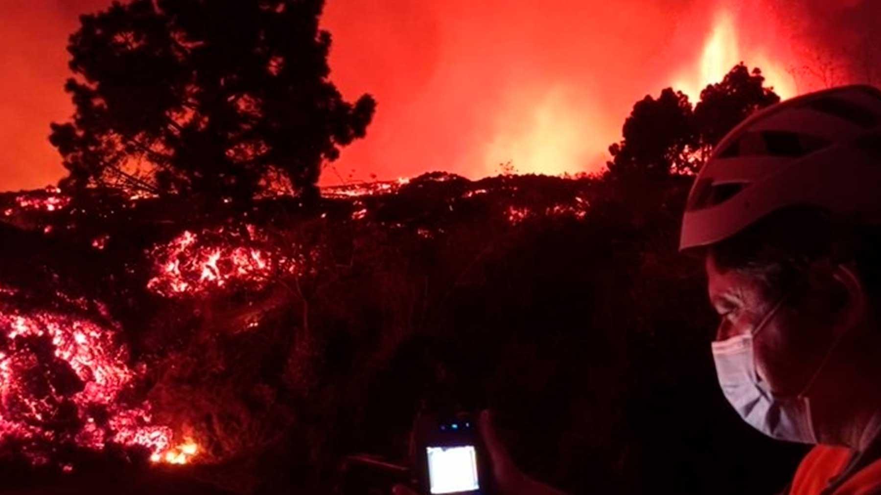 as coladas de lava que desde hace horas bajan por las laderas del municipio de El Paso (La Palma) desde el volcán que ha estallado este domingo. Foto: EFE